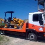 Zdjęcie przedstawiające transportowanie maszyny budowlanej